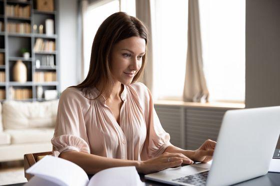Foto: Frau vor Laptop